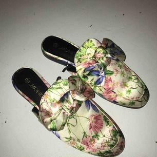Helt oanvända Gucci inspirerade skor från Monki i blommigt sidenaktigt tyg. Strl 40. Om du önskar få dem levererade tillkommer frakt på 50kr.