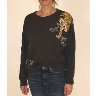 Sweatshirt med patches a la Gucci. Från Monki. Strl Small.  Om du önskar få dem levererade tillkommer frakt på 40kr.