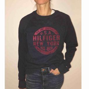 Mörkblå sweatshirt i vävd bomull från Tommy Hilfiger. Strl M, dock lite oversized då det är en herrtröja. Om du önskar få dem levererade tillkommer frakt på 50kr