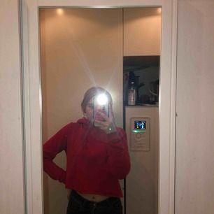 Kort hoodie som är väldigt mjuk inuti, använd endast 1 gång! Kan passa fler storlekar jag är en XS/S och den passar bra Fraktar gärna :)