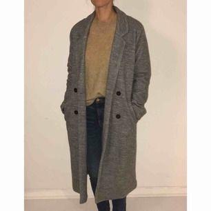 Stickad grå kappa från Monki, knappt använd..srtl Small. Om leverans önskas tillkommer frakt på 50 kr.
