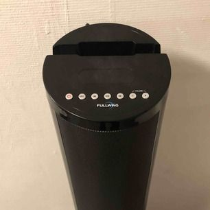 """Säljer min gamla högtalare då jag ej använder den. Den är köpt för 799kr.  Pengarna som den säljs för kommer gå till min skolas projekt som heter """"TBSTILLAFRIKA"""" dör jag tillsammans med fem elever strävar efter att få besöka vår partnerskola i Sydafrika!"""
