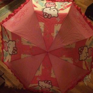 Hello Kitty paraply för vuxna. Priset är inkl frakt