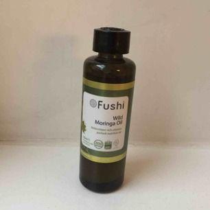 Superfin vildskördad vegansk kallpressad moringa olja från märket Fushi från London. Oljan är återfuktande antibakteriell och innehåller många olika näringsämnen. Passar för torr hud. Köpt för 200, säljes för 79! Säljer även en 10 ml i annan annons!