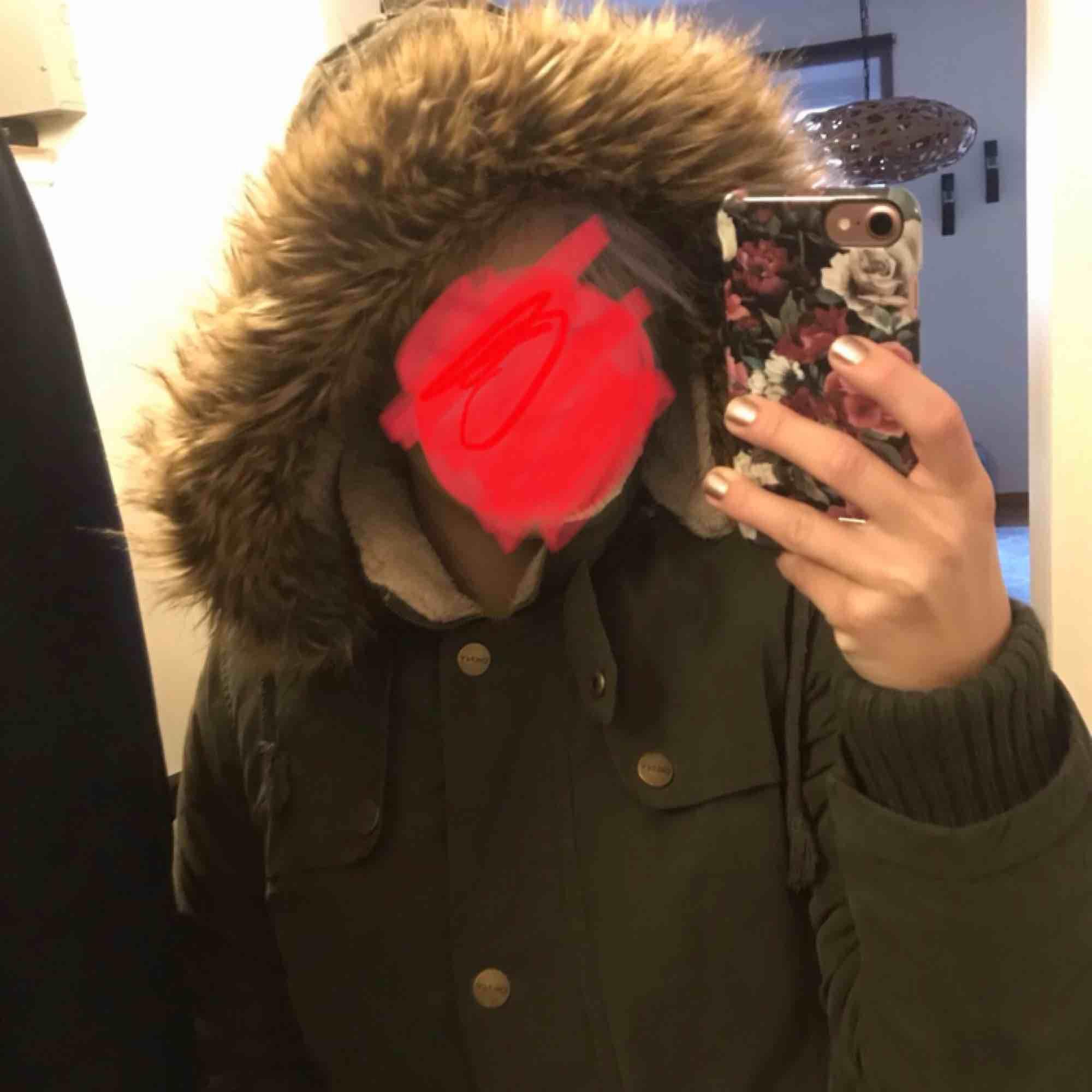 DKNY (Donna karan) jacka. Köpt i USA. Jättefint skick, dock är dragkedjan sönder längst ner. Går att laga billigt! . Jackor.