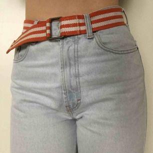 bälte randigt i vitt och orange! Jättesnyggt men har många liknande :)