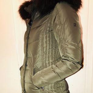 Rock and blue jacka, mörkgrön med brun päls. Använd en vinter, men väldigt sällan. Storlek 34