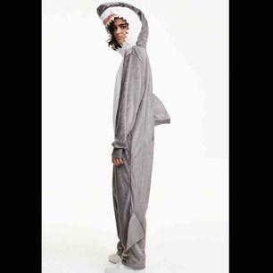 Gullig haj onesie från H&M, köpte den till halloween men använder inte den längre, perfekt kvalitet då den bara använts en gång. Bilder från H&Ms hemsida för den är lite bökig att försöka ta bild på :)