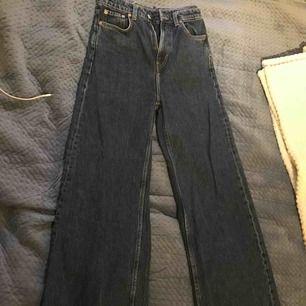 ett par mörkblåa byxor köpta på weekday för 499kr! modell: ACE STORKEK: W24, L30