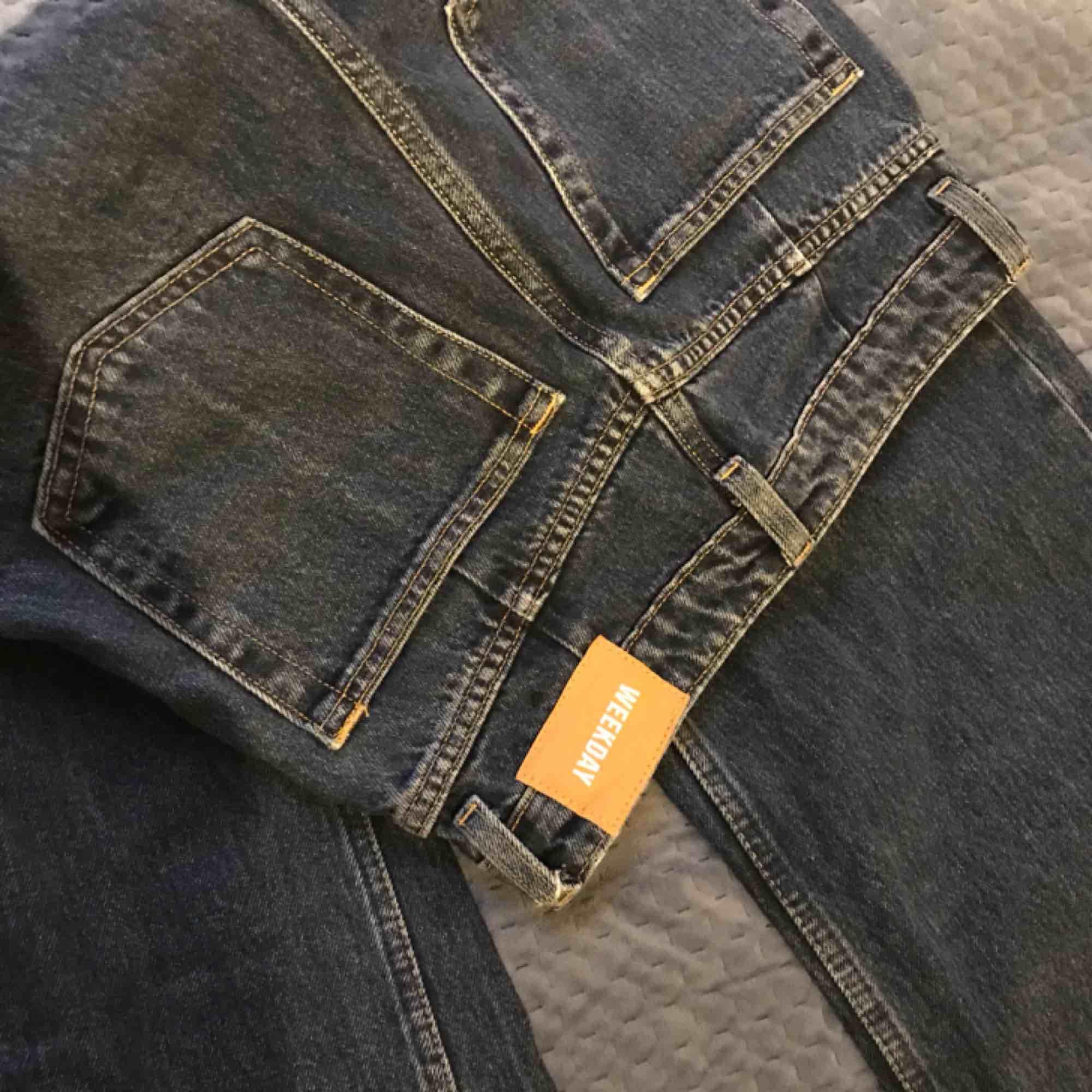 ett par mörkblåa byxor köpta på weekday för 499kr! modell: ACE STORKEK: W24, L30. Jeans & Byxor.