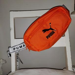 Helt oanvänd puma fanny pack från Asos exclusive. Köpte den inför min Europa resa men glömde den hemma och sen dess har den legat i garderoben. Lapparna sitter kvar :) Frakt ingår i priset  ❣️