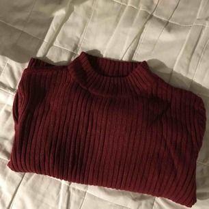 Vinröd mysig tröja från h&m i storlek M. Används en gång på jul förra året