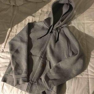Superskön hoodie. Använd ett par gånger men fortfarande fräsch. Inget märkte på ryggen vilket andra bilden visar.