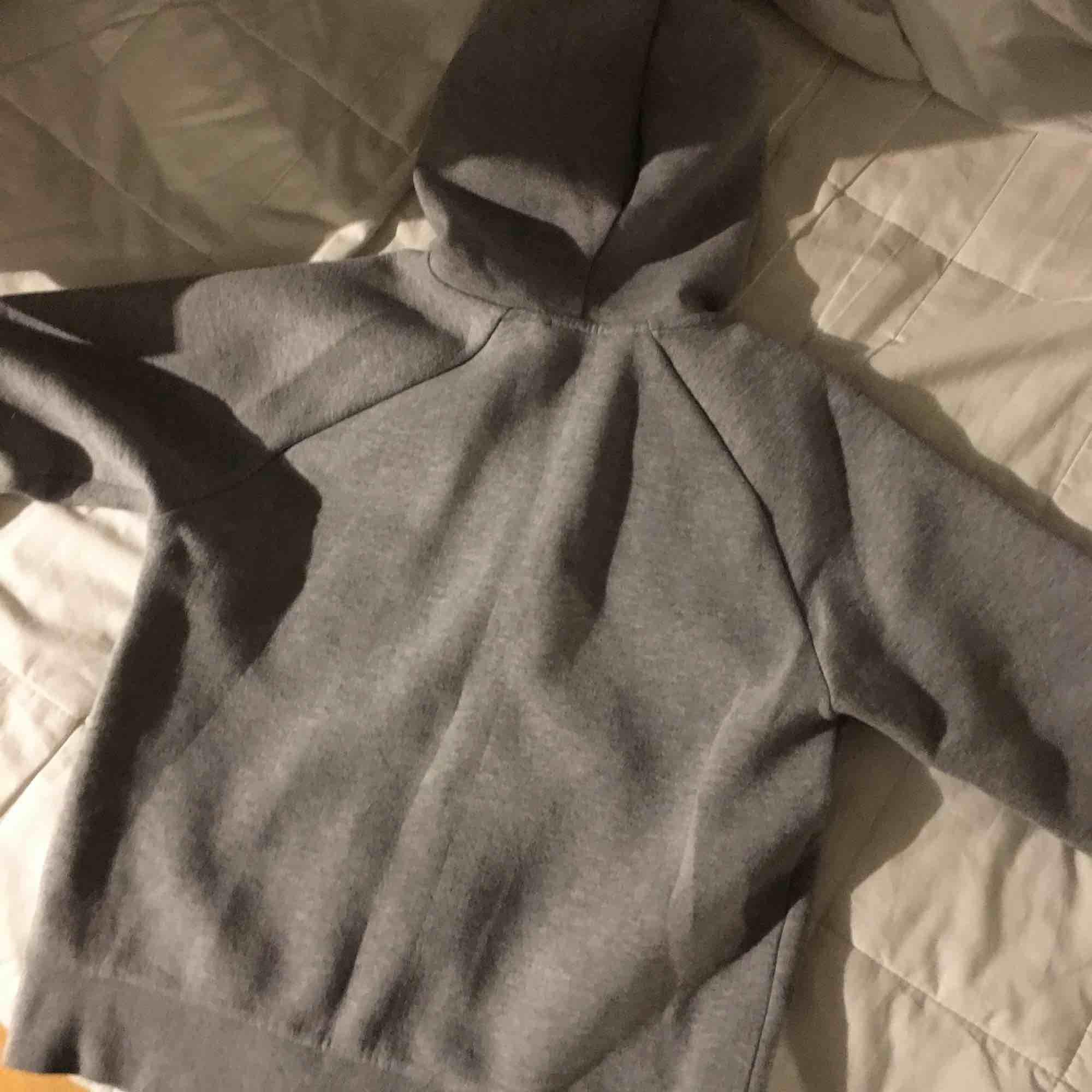 Superskön hoodie. Använd ett par gånger men fortfarande fräsch. Inget märkte på ryggen vilket andra bilden visar. . Huvtröjor & Träningströjor.