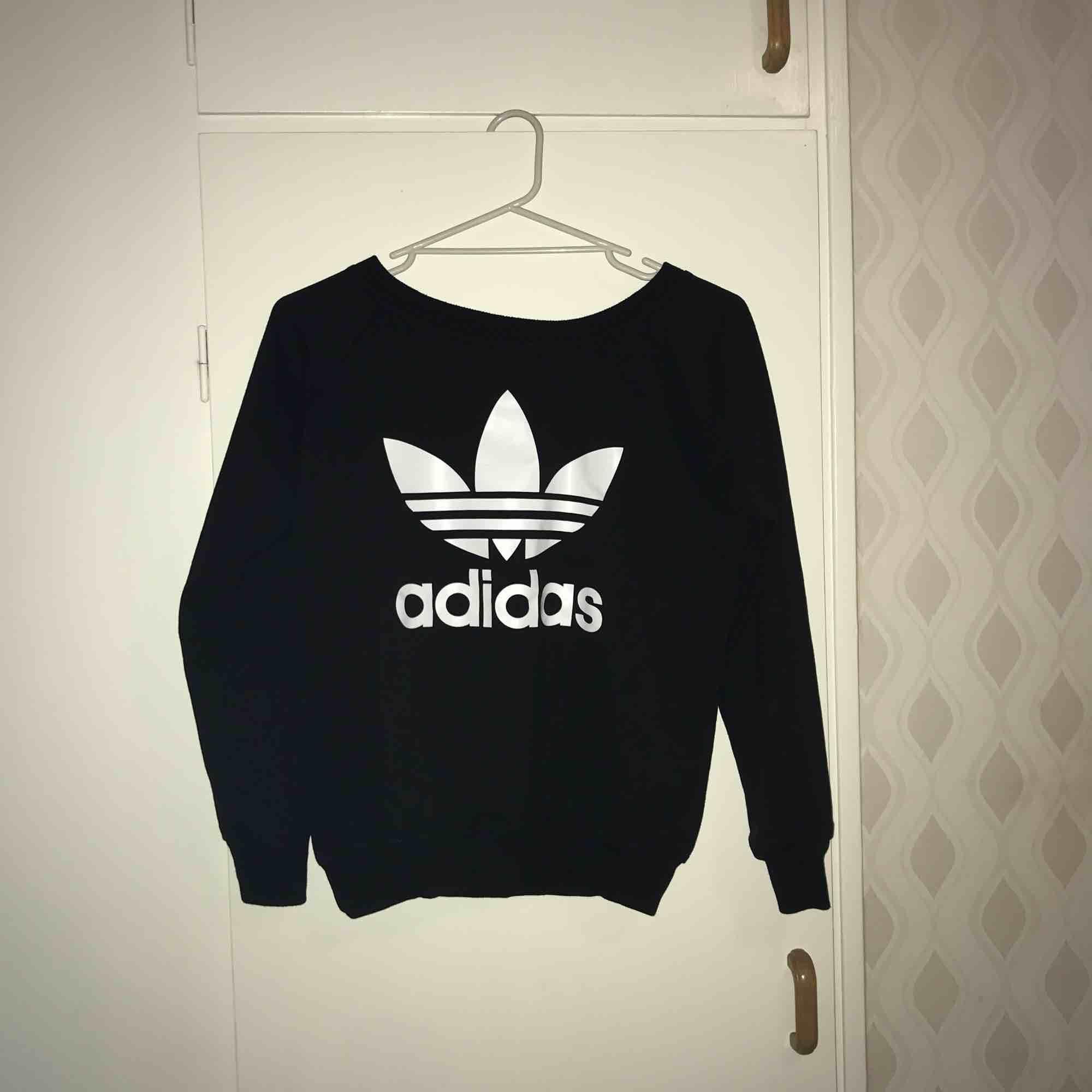 Svart Adidas tröja, storlek S. Aldrig använd pga av fel storlek. Kan tänka mig att gå ner i pris vid snabb affär. :) . Tröjor & Koftor.