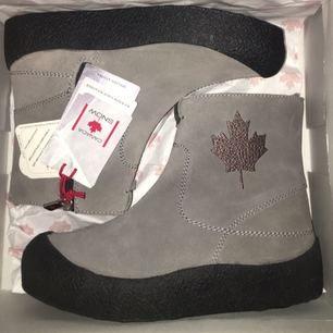 Helt nya vinterskor från Canada Snow. De köptes för 1700 kr och prislappen sitter kvar. De perfekta skorna för vintern!