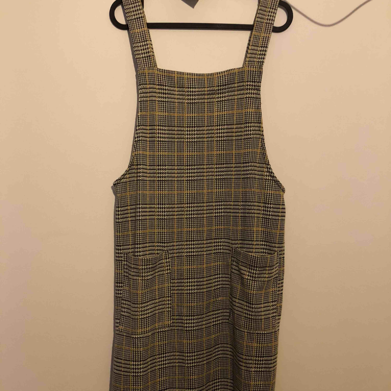 22f1f437ecb4 Fin hängselklänning köpt på Primark. Använd vid 1 tillfälle, vilket innebär  att den är ...
