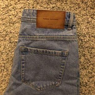 Säljer ett par ASsnygga jeans från Zara. Dom är tyvärr för stora för mig så har bara kommit till användning 1 gång och känner att dom skulle behöva en ny ägare! Sitter annars supersnyggt och är en klassisk mom fit modell!   Köptes för 599 :)