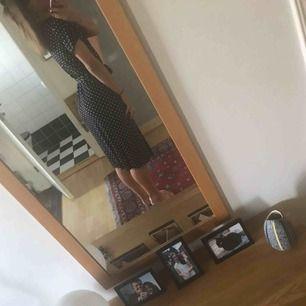 Fin klänning från Bubbleroom som används en gång. Knyts i sidan och är omlott. Passar XS-M. Frakt 50