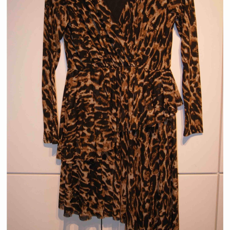 Oanvänd klänning från Na-kd. Storlek M. Leopard Passar från s-l. Hela klänningen får inte plats i en bild. Övre delen av klänningen i första bilden. Nedre i andra bilden. Stretchigt material. Fraktar endast : 47kr. Klänningar.