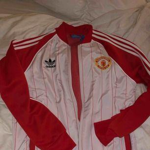 Adidas tröja med logga Manchester United  Som ny  Kan postas