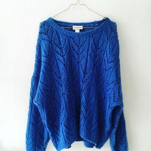 """Fin stickad tröja från Monki, storlek L men sitter snyggt """"oversize"""" på mindre personer. Använd fåtal gånger."""