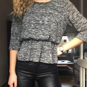 Fin tröja från BikBok i grått mönster och 3/4-arm. Säljer pga använder inte längre. ♡