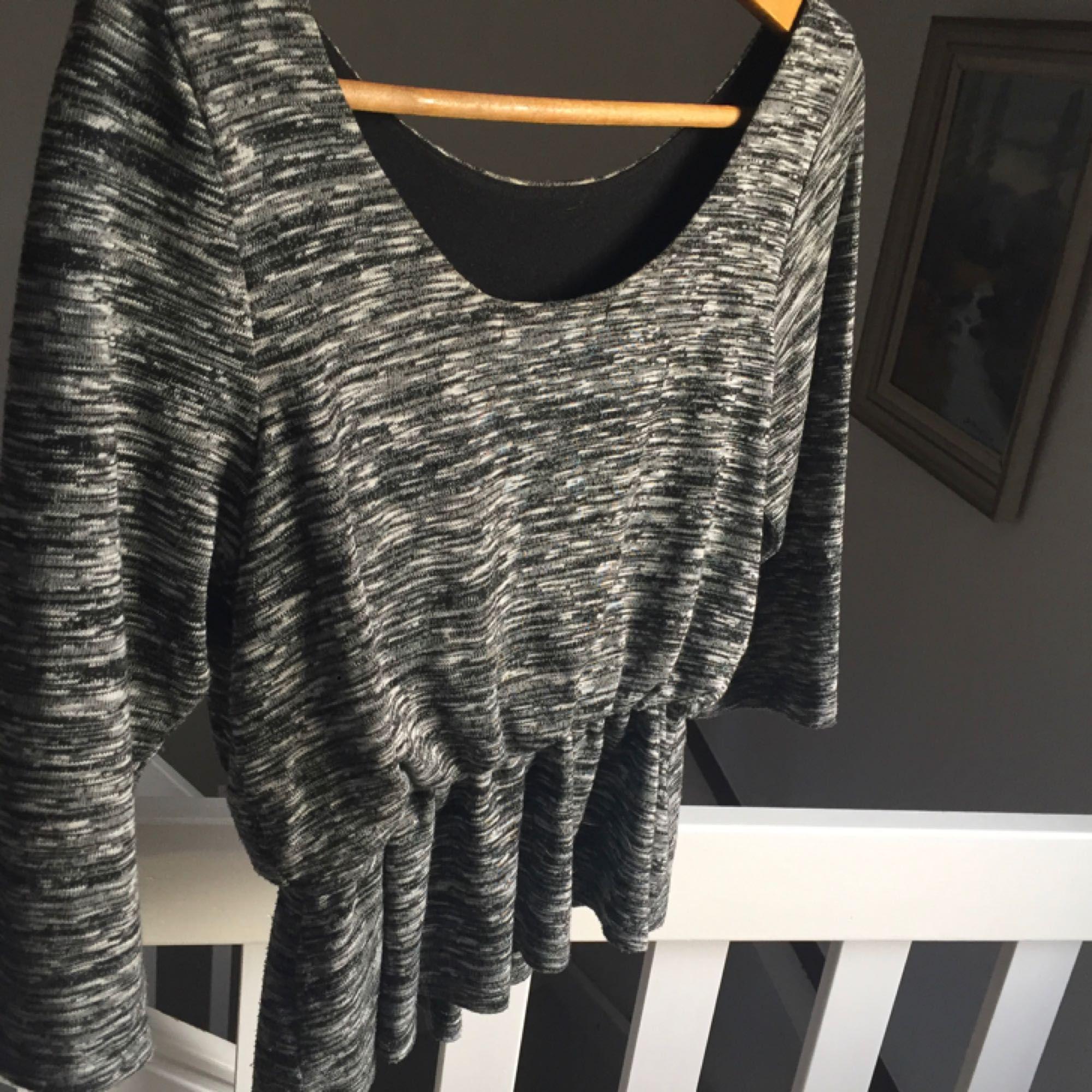 Fin tröja från BikBok i grått mönster och 3/4-arm. Säljer pga använder inte längre. ♡. Toppar.