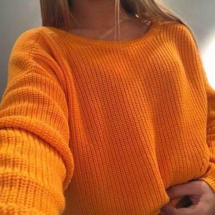 En orange stickad tunn tröja från nakd som inte finns i den färgen på hemsidan längre. Den är tänkt att ha u-ringningen där bak men man kan ha den som off shoulder också ! Origininalpris är 300kr  Aldrig använd!