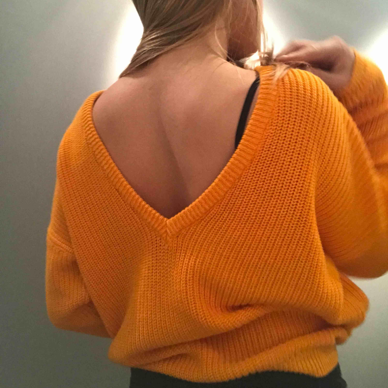 En orange stickad tunn tröja från nakd som inte finns i den färgen på hemsidan längre. Den är tänkt att ha u-ringningen där bak men man kan ha den som off shoulder också ! Origininalpris är 300kr  Aldrig använd!. Stickat.