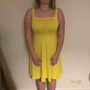 Gul skaterklänning från Nelly som har alla prislapparna kvar, aldrig använd. Frakt tillkommer