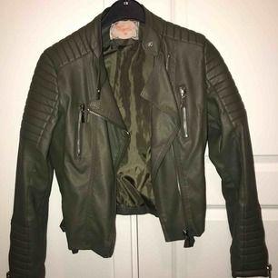 En militärgrön skinnjacka från Chiquelle, i fint skick.  Nypris : 700kr  Mitt pris : 300 Köparen står för frakten.