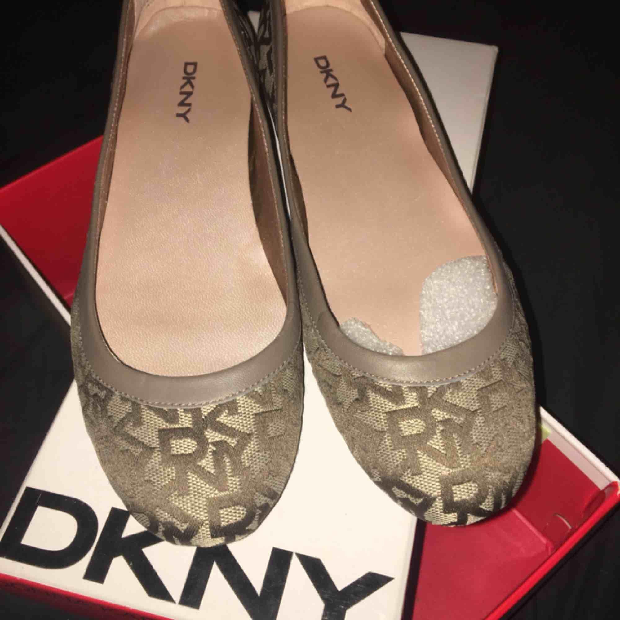 Säljer mina DKNY ballerina skor. Helt oanvända. Köparen står för frakten✨😋. Skor.