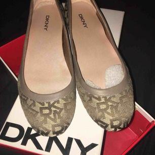 Säljer mina DKNY ballerina skor. Helt oanvända. Köparen står för frakten✨😋
