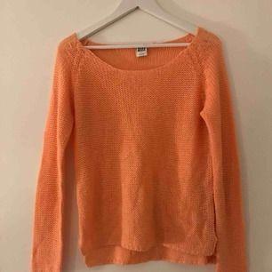 Stickad tröja från Vero Moda i orange/rosa färg. Mjuk i materialet och inte alls stickig. Passar både M och S! 🍊