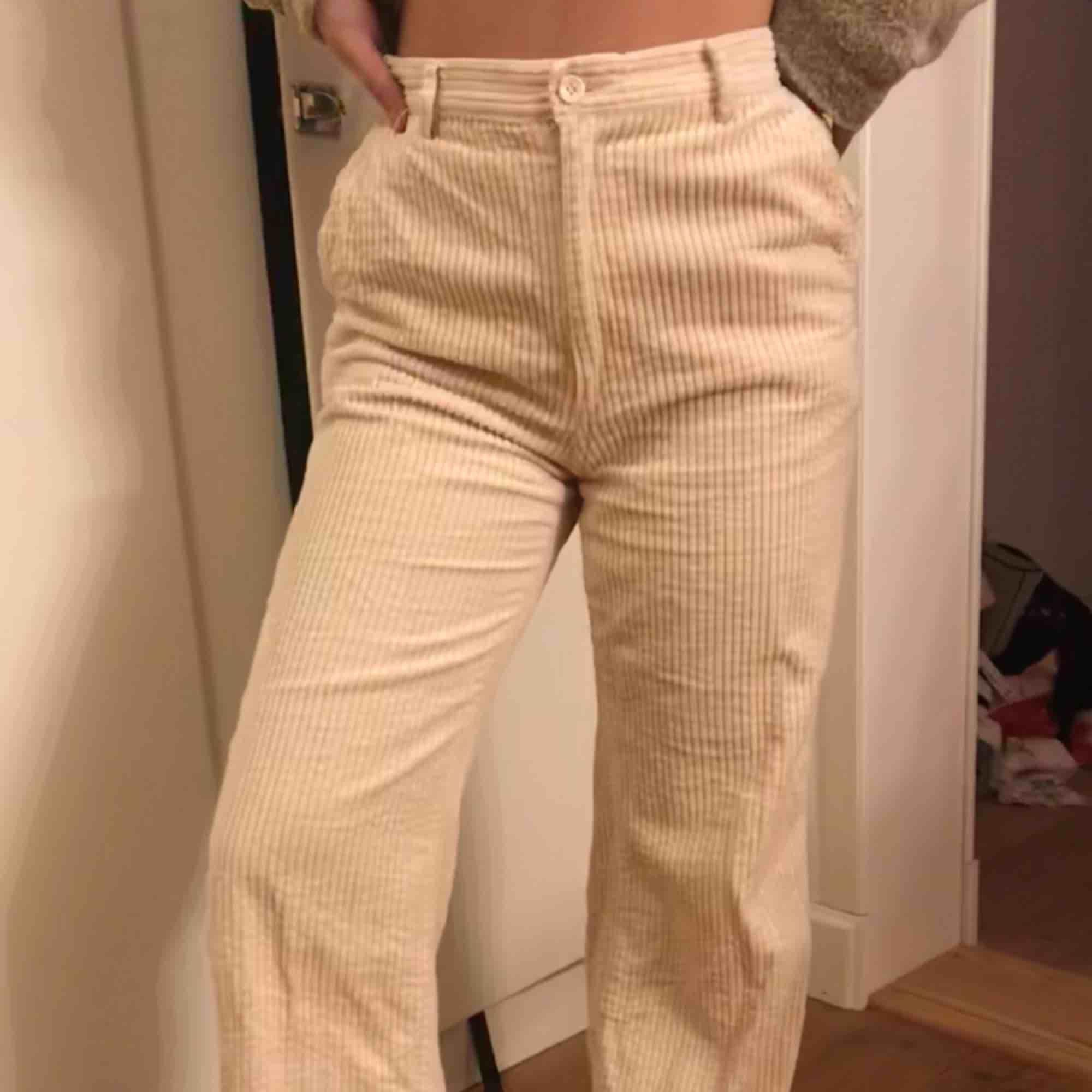 Ett par gräddvita Manchesterbyxor från H&M, passar 36/38. Köpare betalar frakt :). Jeans & Byxor.