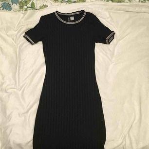 Jättesöt klänning som får fram höfterna! Skönt material💗