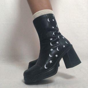 🔥ONE OF A KIND🔥 omgjorda skor med stjärnor och månar! 100kr frakt. Lite slitna på vissa ställen. Läs policyn innan du köper! Använd ej i regn och snö