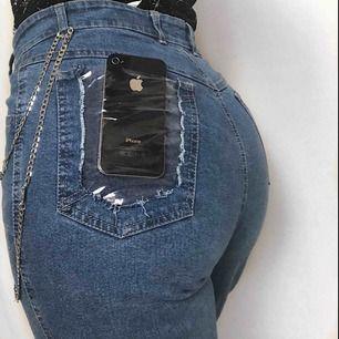 🔥ONE OF A KIND🔥 omgjorda jeans med plastficka och plast längst ned. Jätte coola! 58kr frakt. Läs policyn innan du köper 😊☀️