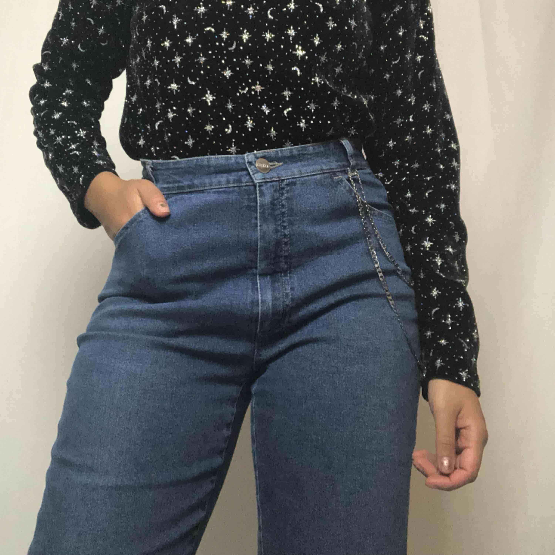 🔥ONE OF A KIND🔥 omgjorda jeans med plastficka och plast längst ned. Jätte coola! 58kr frakt. Läs policyn innan du köper 😊☀️. Jeans & Byxor.