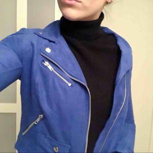Blå mockaimiterad jacka i bikermodell