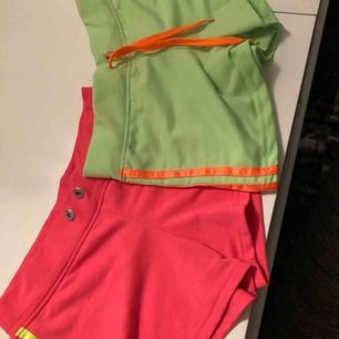 Båda shortsen är i storlek S. Den gröna är äkta adidas shorts men den rosa är fake adidas. Båda för 100kr eller den gröna för 70kr och den rosa för 50kr