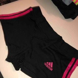 Fake adidas shorts i storlek S