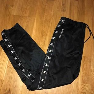 Skit snygga svarta vintage track pants från champion med knappar längsmed hela benet. Jag har bara använt dem ett fåtal gånger men de är köpta vintage. Bra skick!! möts i första hand upp i centrala Stockholm.   Annars står köparen för frakt✨
