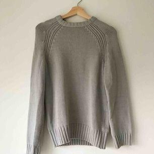 Stickad tröja i grå-blå färg med kabelstickade detaljer. 70% bomull. Nyskick, använd en eller två gånger. Köparen står för frakt alternativt möts upp i Uppsala! 🌞