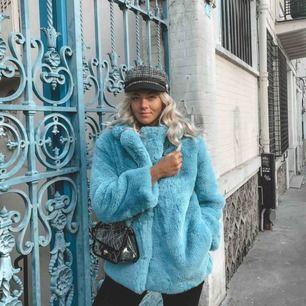 Storlek XS men passar S. Blå skitsnygg pälsjacka. Säljer för jag ska flytta utomlands. Den är aldrig använd