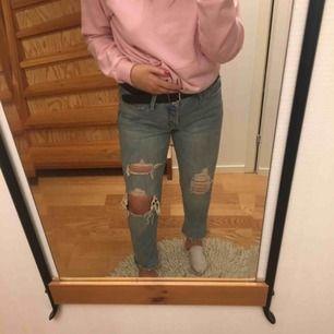 Snygga ljusblåa boyfriend jeans från Abercrombie & fitch, rätt stora vid midjan men funkar lika bra med skärp