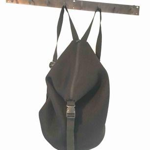 Rymlig ryggsäck från HM. Svart.