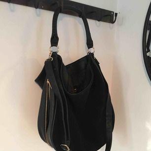 Stor svart väska från HM. Guldigadetaljer