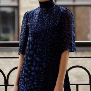 Blå klänning. Skicket på klänningen är som nytt. Den har turtleneck som är räfflat. Två knappar i nacken baktill. Väldigt luftigt material. 100 kr inklusive frakt. 🌼